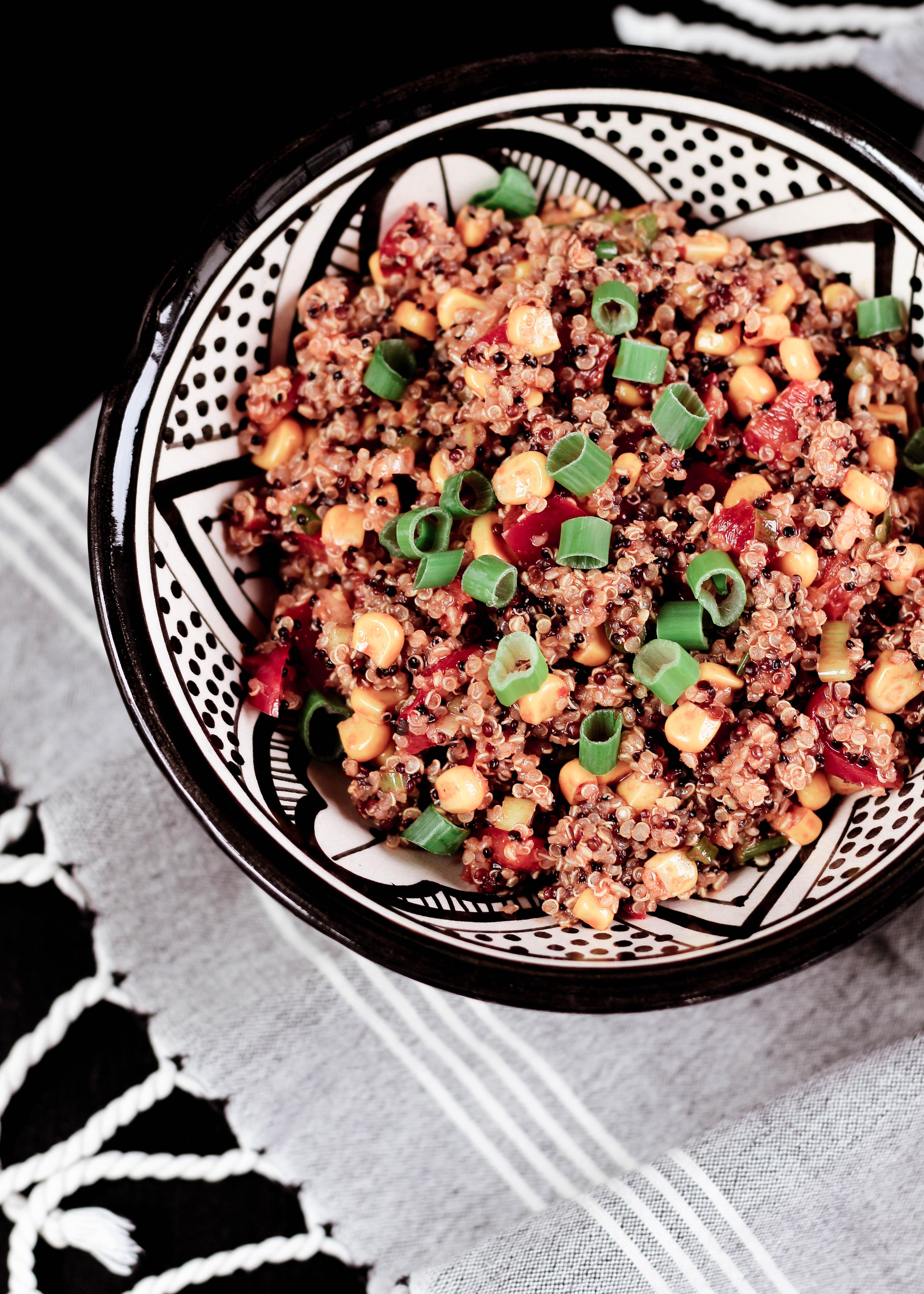 gesunde Ernährung: würziger Quinoa-Salat als Grillbeilage