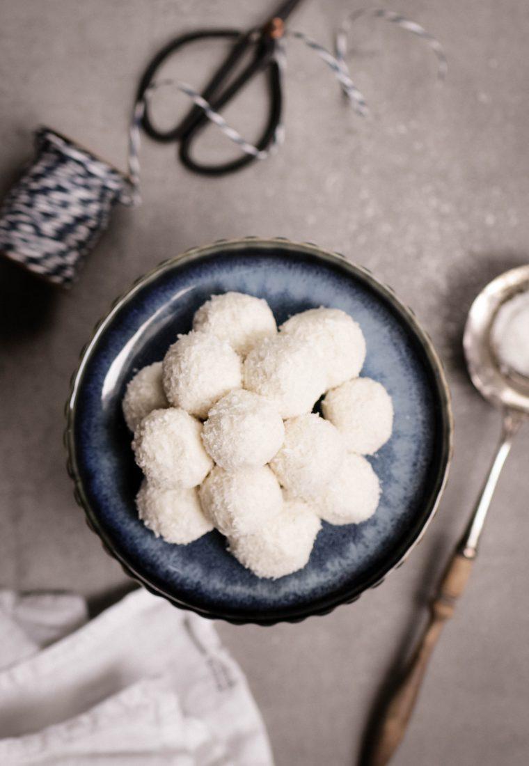 gesund naschen: cremige, zuckerfreie Kokoskugeln